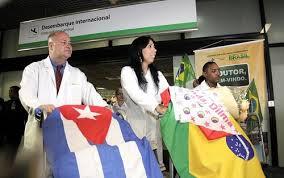 Médico cubano Rodolfo Garcia (esq.) e colegas desembarcam no aeroporto de Brasília. Foto: Alan Sampaio / iG Brasília