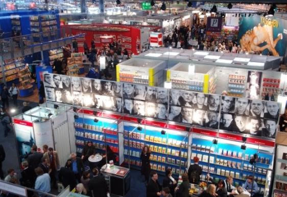 Fachbesucher schlängeln sich am Donnerstag (20.10.2005) auf der Frankfurter Buchmesse zwischen den Messeständen der Halle 3 hindurch. Mehr als 7000 Verlage aus der ganzen Welt zeigen auf der weltgrößten Bücherschau noch bis zum 23. Oktober ihre Neuerscheinungen und Klassiker aus allen Bereichen der Literatur. Foto: Arne Dedert dpa/lhe +++(c) dpa - Bildfunk+++